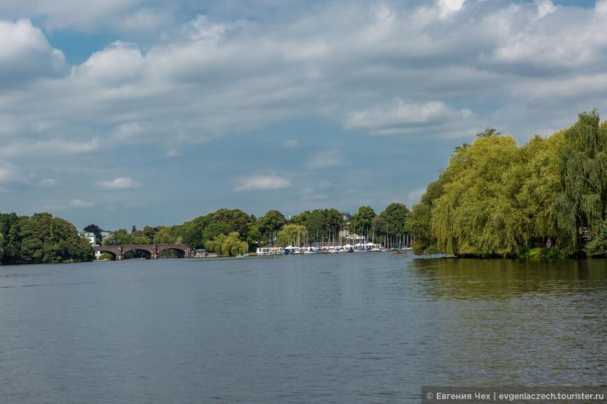 Озеро Альстер возникло уже в 1190 году при графе Адольфе III, который приказал перекрыть реку платиной для работы мельницы.