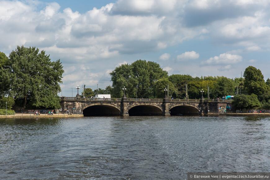 Ломбардский мост отделяет внешний Альстер от внутненнего