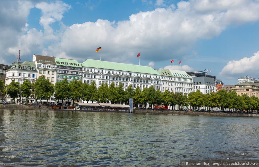 Здесь расположились пафосные отели