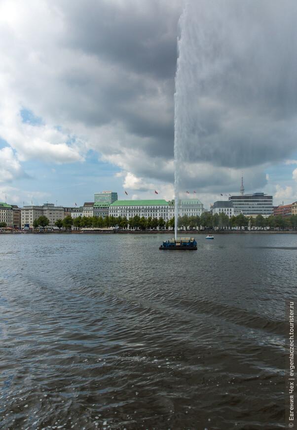 Знаменитый фонтан бьёт в центре озера