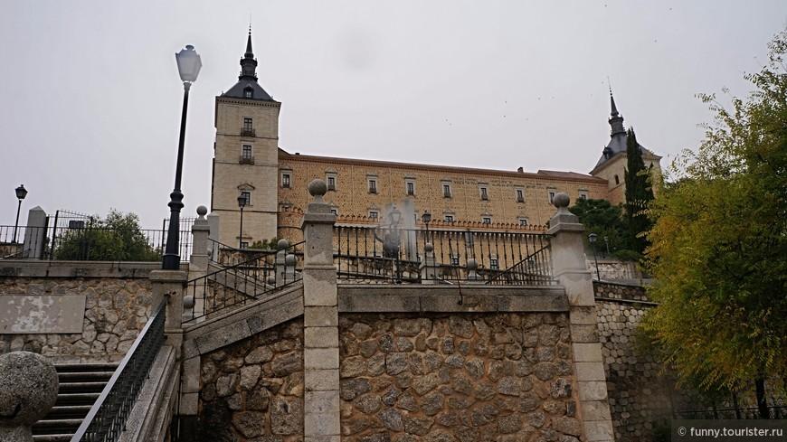 Толедский алькасар Грозная крепость, возвышающаяся над городом, готова выдержать любую осаду. Ее башни и стены отлично просматриваются из любой части города. Замок построили в XVI столетии по проекту А. де Коваррубиаса. В свое время он служил резиденцией королей Кастилии. Во время гражданской войны 1930-х годов сооружение было повреждено при осаде, но позже его восстановили. Сегодня в алькасаре располагаются библиотека и военный музей.