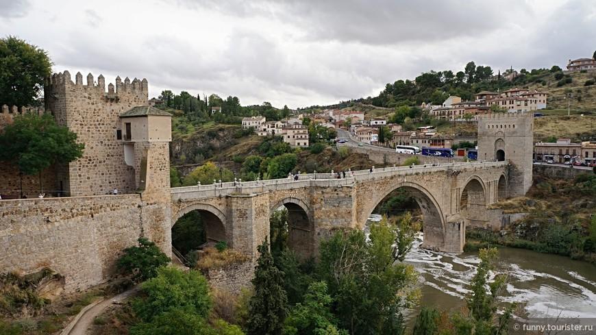 Мост Святого Мартина-арочный мост через реку Тахо, возведенный в XIII-XIV веках по воле архиепископа П. Тенорио для обеспечения доступа к городу с западной стороны. В XVI столетии для укрепления моста по обеим его сторонам были возведены каменные башни. Конструкция состоит из пяти внушительных арок.
