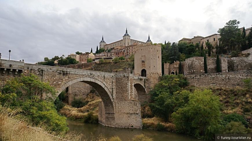 Вплоть до XIII столетия мост Алькантара был единственной переправой через реку Тахо. По нему в Толедо попадали многочисленные паломники. Считается, что он был возведен в конце IX века. К тому времени старые римские мосты уже разрушились или были уничтожены арабскими завоевателями. Алькантару неоднократно разрушали и восстанавливали. В 1920-х годах он был официально признан архитектурным памятником