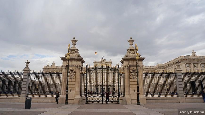 Королевский дворец Настоящий испанский «Версаль», один из красивейших королевских дворцов Европы, выстроенный в XVII столетии. С западной стороны комплекса располагаются великолепные сады Кампо-дель-Моро. Во времена правления диктатора Франко дворец был национализирован, поэтому королевская семья больше здесь не проживает, а только устраивает официальные приемы