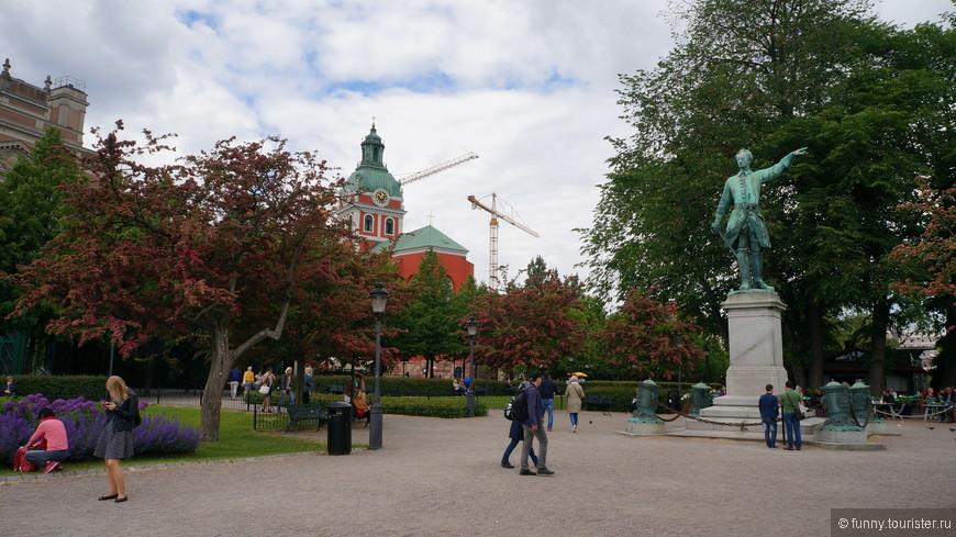 Карл XII - один из самых известных шведских королей, знаменитый в том числе и тем, что вел бесконечные войны с Россией.  Памятник был установлен в центре Стокгольма осенью 1868 года. Деньги на изготовление скульптуры собирались по всей стране, что называется, всем миром. Долгое время скульптура короля, красноречиво указывающего перстом в сторону России, считалась олицетворением духа короля-воина