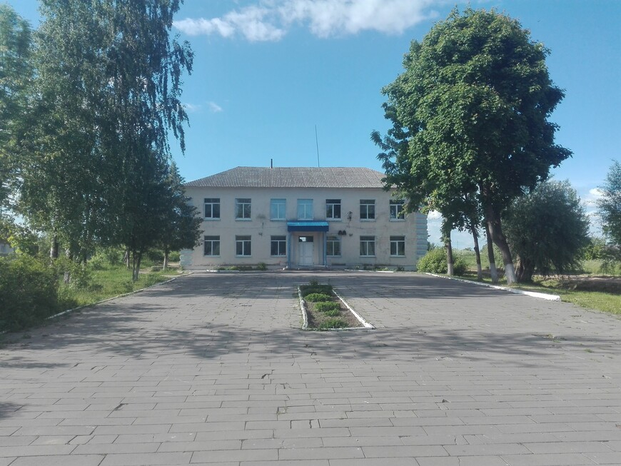 Холопеничи - контора (здание впереди)