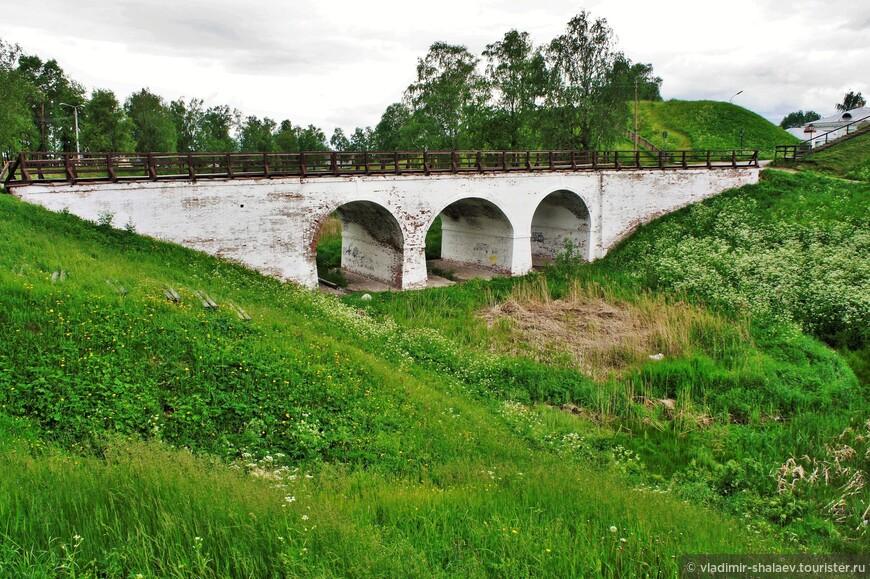 Трехпролётный арочный краснокирпичный мост, построенный относительно недавно, в XIX веке там, где раньше находилась Богословская башня. Мост является основным входом на территорию кремля.