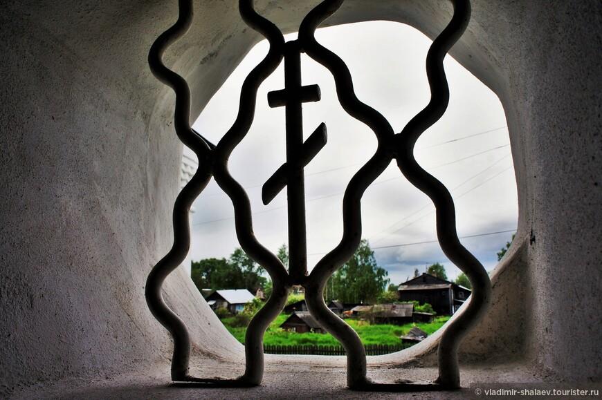 Вид из смотрового окна при подъёме на колокольню.