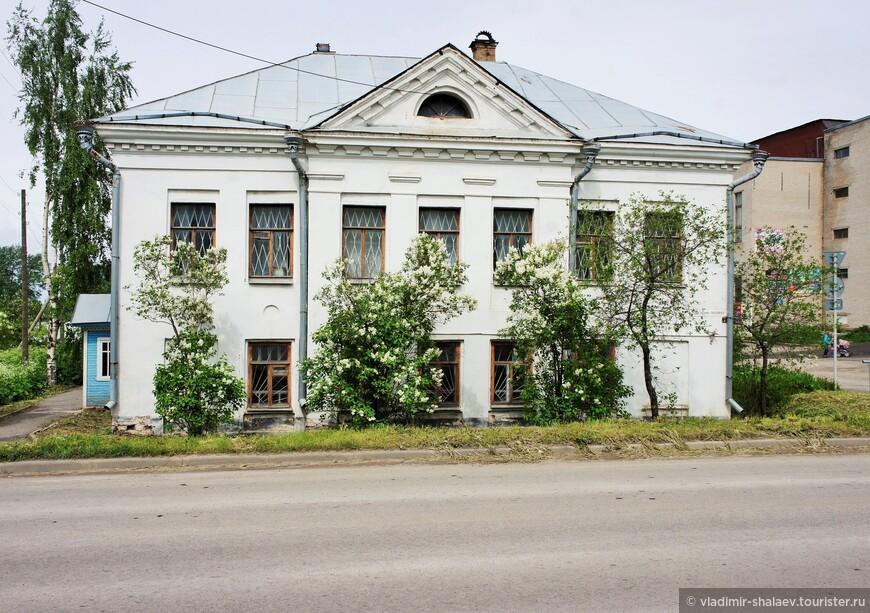 В Белозерске сохранилось много каменных зданий купеческой застройки XIX и начала XX веков. Дом Линдкугеля (1829 г.)