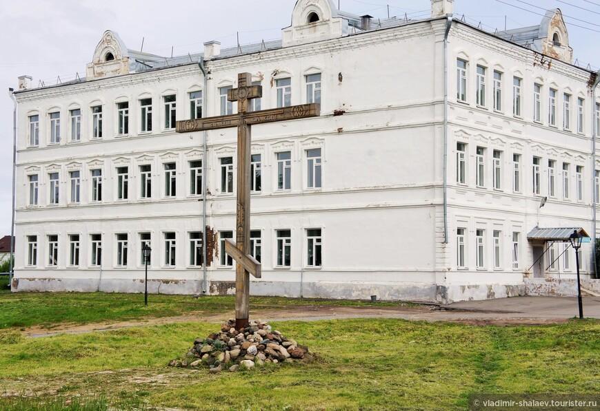 Поклонный крест на территории Белозерского кремля. За ним здание духовного училища (конец XIX - начало XX века). Когда-то было. Сейчас - это здание принадлежит индустриально - педагогическому колледжу.