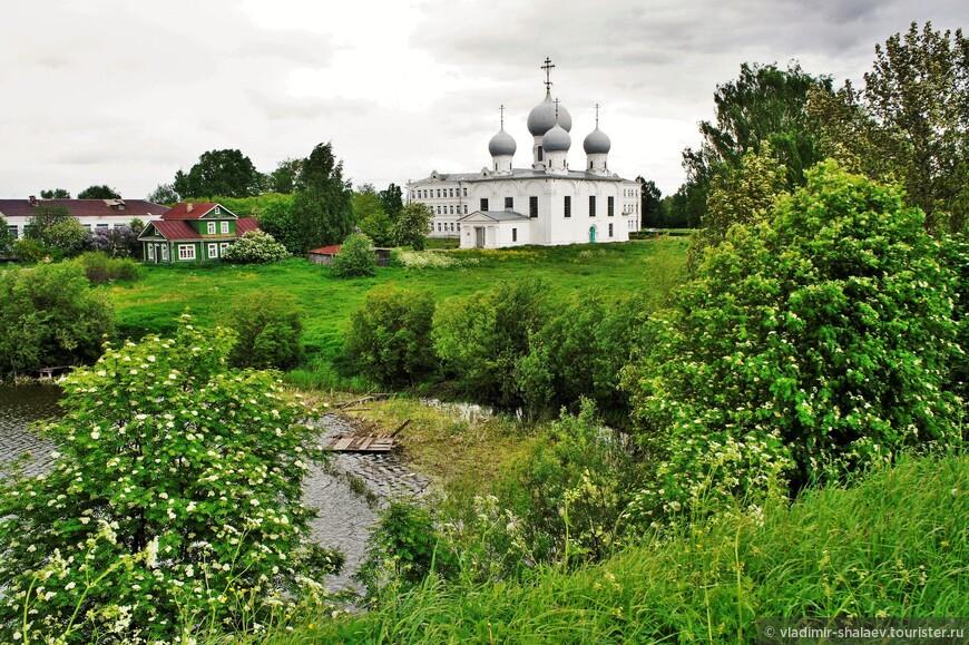 Вид на территорию кремля с земляного вала.
