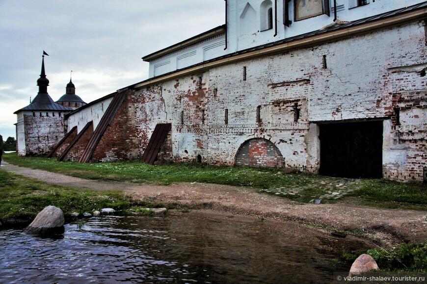 У водяных ворот монастыря, которые в старину являлись парадным входом в монастырь со стороны Сиверского озера, до сих пор сохранилась небольшая бухточка.