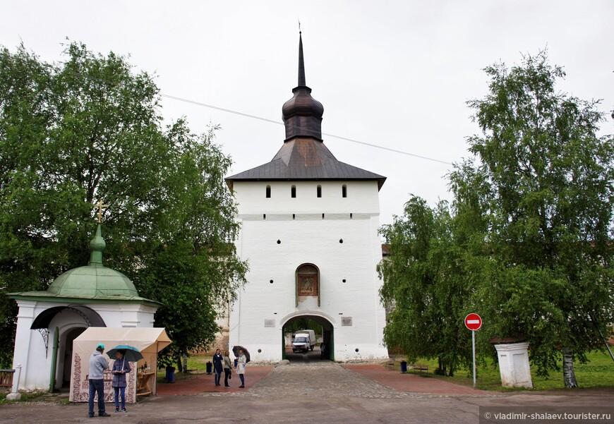 Казанская башня Кирилло - Белозерского монастыря с въездными воротами (1659 г.).