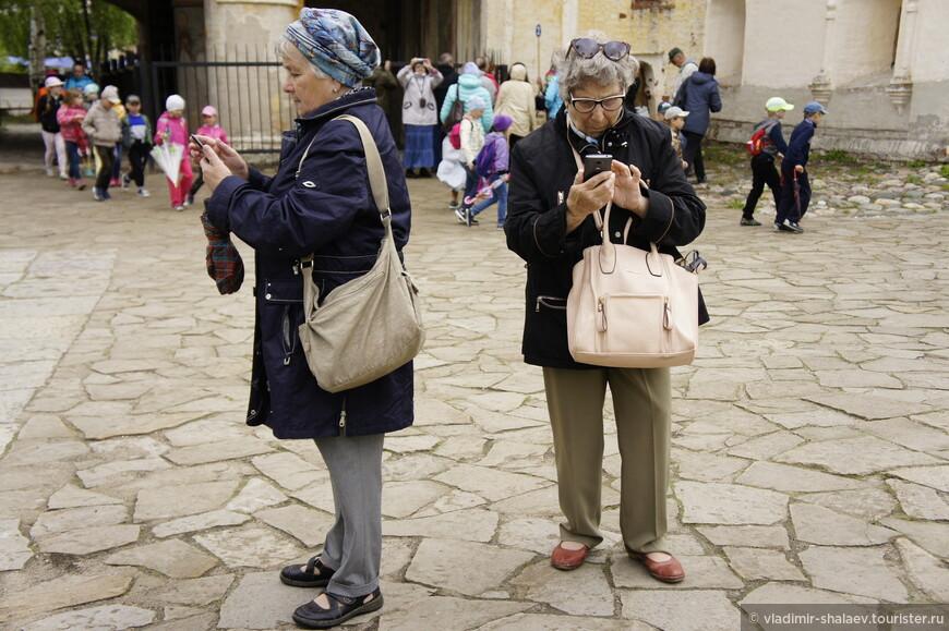 В Кириллове бывает очень много туристов, в том числе иностранных. Этим туристкам не до красот, им бы в гаджетах разобраться.