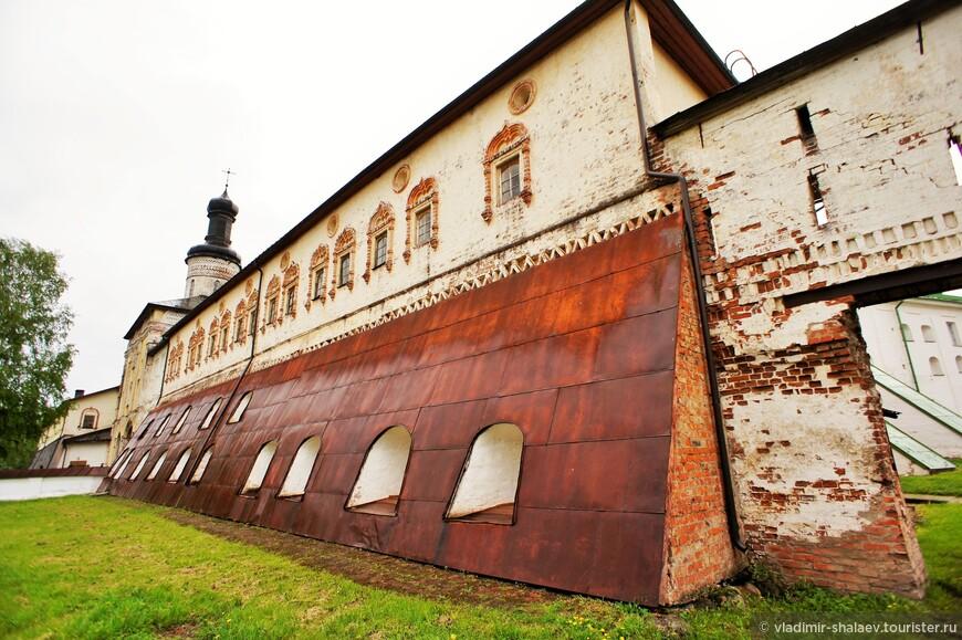 Казённая палата - одно из древнейших каменных строений Кирилло-Белозерского монастыря. История её сооружения восходит к 1523 году. Кроме казны в здании хранились облачения, церковная и хозяйственная утварь, а также остатки монастырского арсенала.