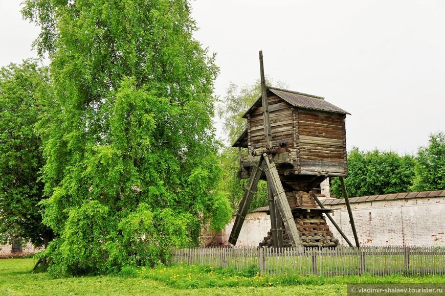Мельница, вывезенная из деревни Горки в окрестностях Ферапонтова, относится к широко распространённому на севере типу «столбового» сооружения. Основу её конструкции составляет столб-нога, вкопанная в землю. Вокруг него, на специальной опоре из пирамидальной клетки брёвен вращается четырехугольный мельничный амбар. Стало быть крылья мельницы всегда можно обратить к ветру при помощи брёвен-рычага.