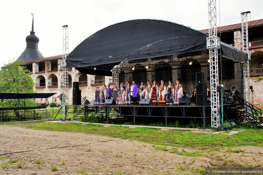На территории монастыря проводятся концерты народной музыки.