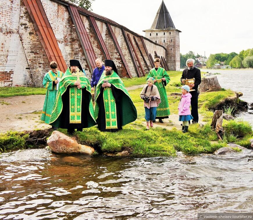 Здесь, в бухте у Водяных ворот по большим праздникам происходит освящение вод Сиверского озера.