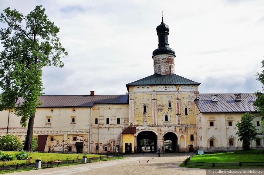 Надвратная церковь Иоанна Лествичника Кирилло-Белозерского монастыря (1572 г.).