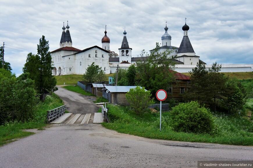Мост через реку Паску. Практически все дома села расположены по одну сторону от реки, Ферапонтов монастырь - по другую.