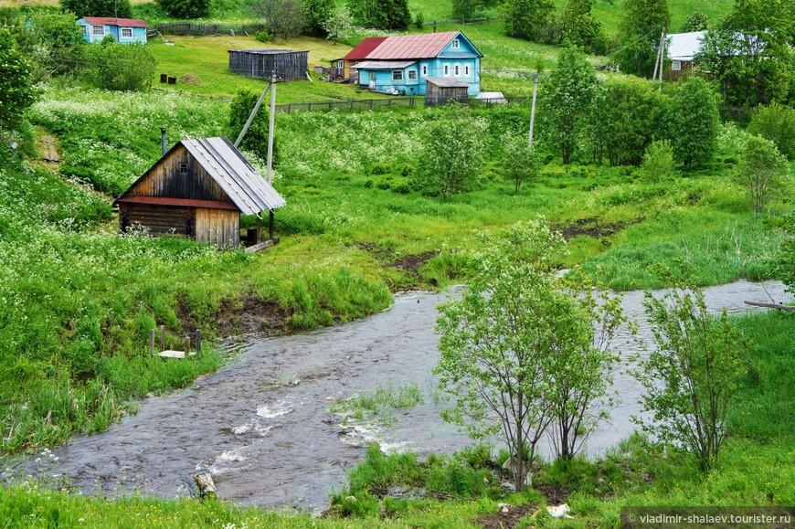 Несколько домов ферапонтовцев стоят на склоне реки Паска. Река короткая (метров 500) соединяет Ферапонтовское и Спасское озёра.