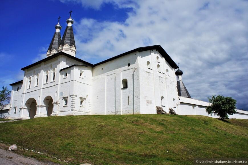 Надвратные церкви монастыря - Богоявления Господня и Ферапонта (1649 г.).
