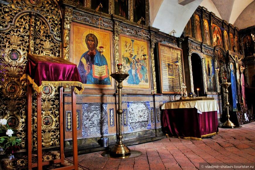 Внутреннее пространство церкви Богоявления. Известно, что во время ссылки в монастырь патриарха Никона (между 1666 и 1676 гг.), церковь Богоявления была домовой церковью патриарха. Это строение наилучшим образом сохранилось до наших времен, дойдя до нас практически без изменений.