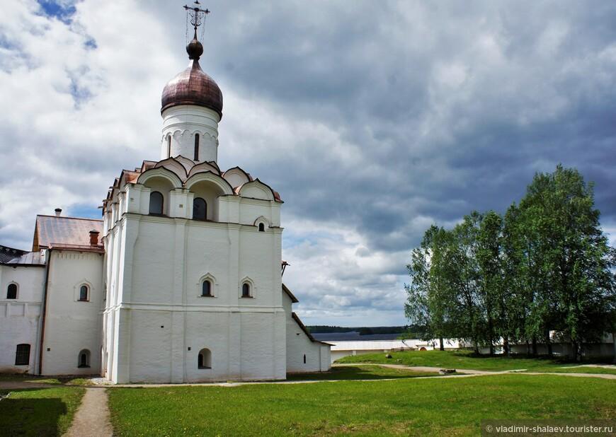 В ансамбль памятников Ферапонтова монастыря входит Благовещенская церковь с трапезной палатой. Храм Благовещения был построен в 1530-1531 годах.
