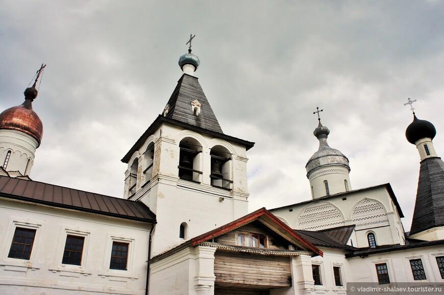 Купола церквей и колокольни монастырского комплекса.