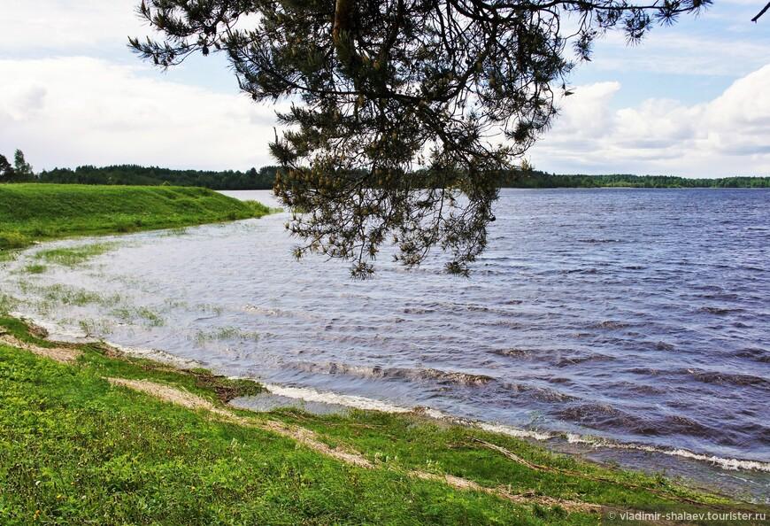Площадь зеркала Ферапонтовского озера равна 154 га, длина 2,2 км, ширина – 0,9 км, наибольшая глубина – 27 м, средняя – 8,2 м.