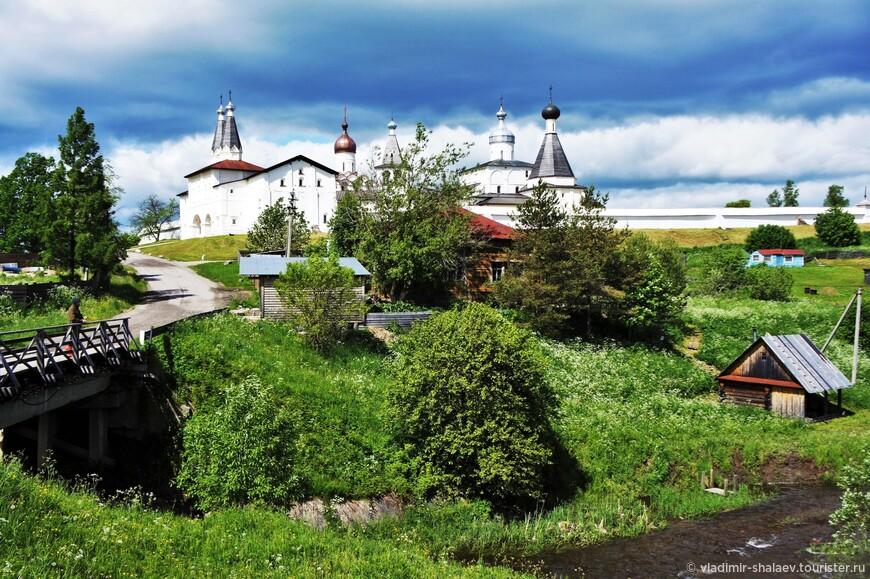 Вид на Ферапонтов монастырь от реки Паска.