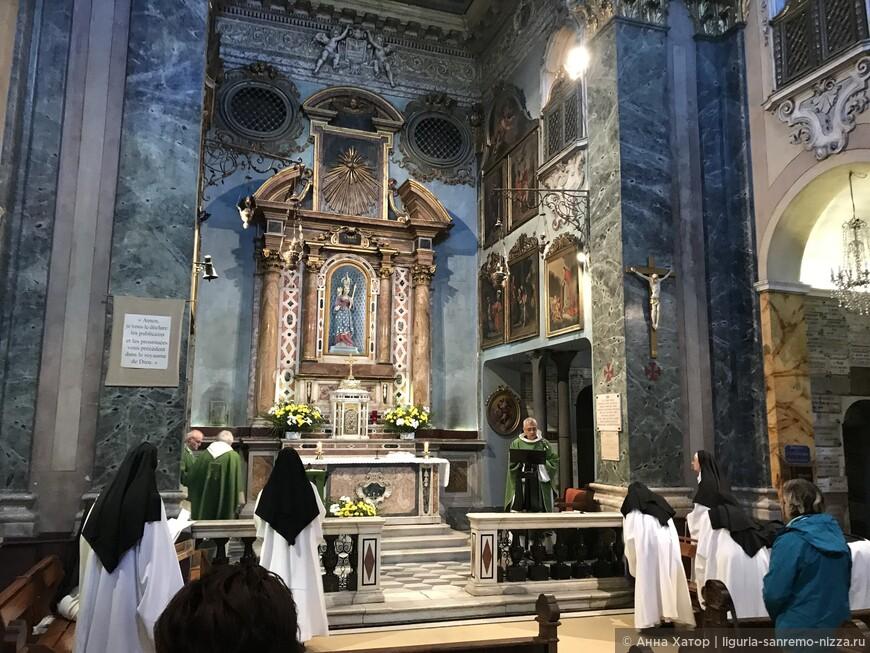 Служба проходит два раза в день. Монашки поют молитвы обращаясь к Мадонне ди Лагет.
