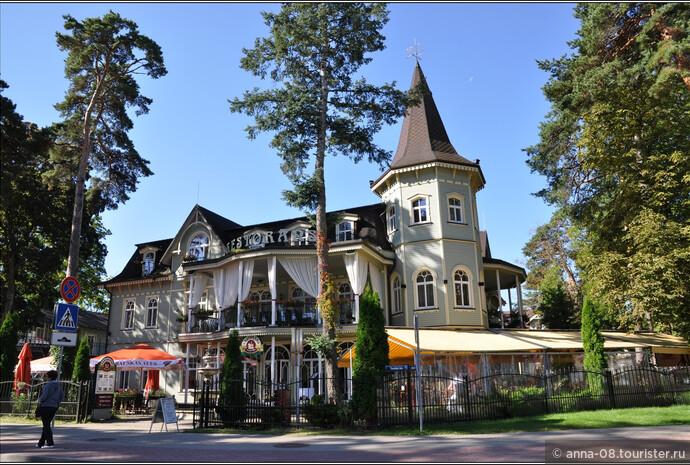 Здание гостиницы, название которой в переводе «Замок Пегаса», построенное в 1900 году, - исторически значимый для Юрмалы памятник архитектуры позднего югендстиля.