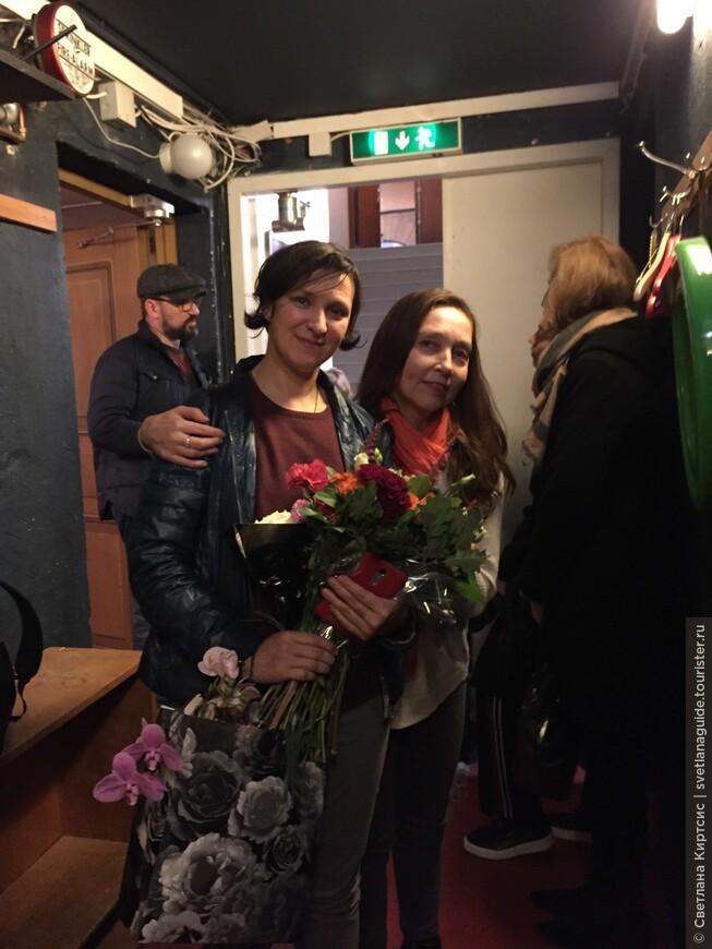 """не смотря на усталось после спектакля, и непогоду Олеся Железняк и Виктор Логинов отправились на ночную экскурсию по Стокгольму. Город очаровал артистов. """"Я обязательно приеду сюда со своими детьми"""",- сказала Олеся."""