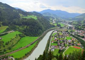 Вид на городок Верфен  и реку Зальцах с одного из балконов замка.