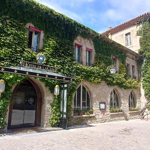 Небольшая площадь около Базилики Святого Назария, и такая средневековая гостиница.