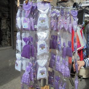 """Сувенирные лавки и магазинчики предлагают мешочки с лавандой и другими """"волшебными"""" травками."""