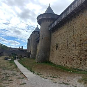 Крепость Каркассон выглядит внушительно.