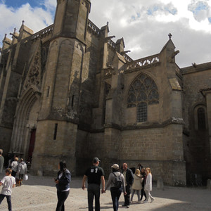 К ярким достопримечательностям Каркасона относятся красивая укрепленная базилика Cен-Назер-э-Сен-Сельс (XI-XIV вв.)