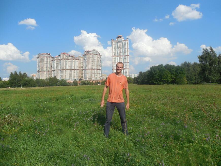 Северный берег Строгинской поймы - вид на жилой комплекс «Алые паруса»