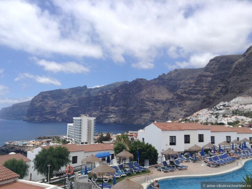 Вид из окон наших апартов. Наши апартаменты были выше остальных, расположившихся на склоне горы. Это отельный бассейн.