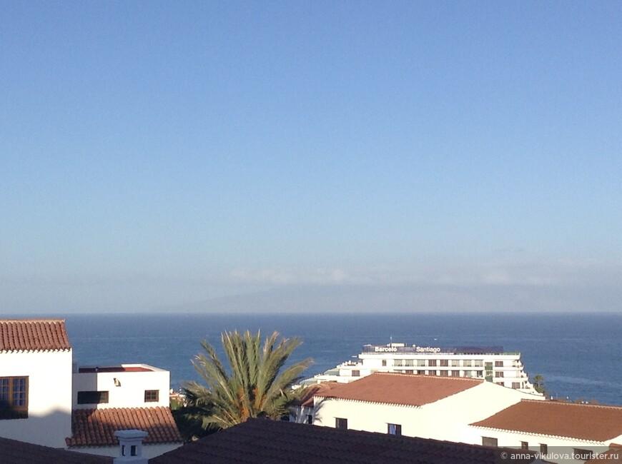А вдали видны очертания соседнего острова, Ла Гомера.