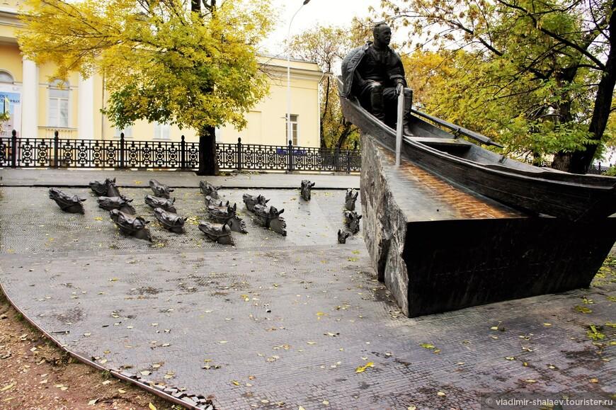 Памятник писателю Михаилу Шолохову на Гоголевском бульваре.