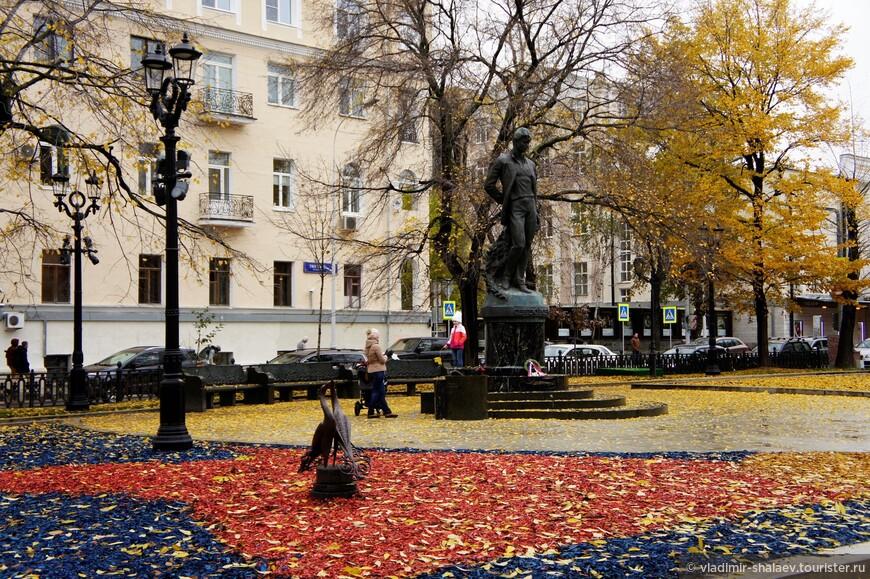Памятник поэту Сергею Есенину на Тверском бульваре.