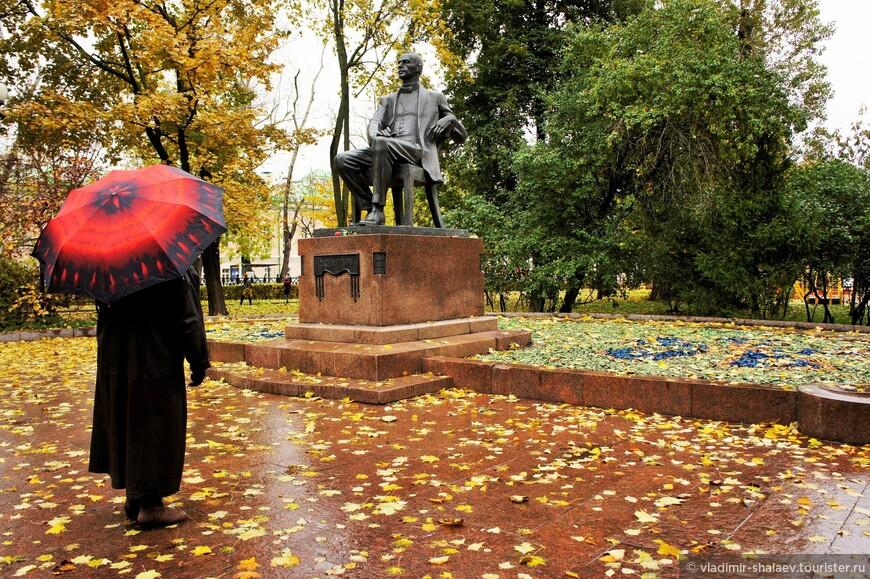 Памятник композитору Сергею Рахманинову.