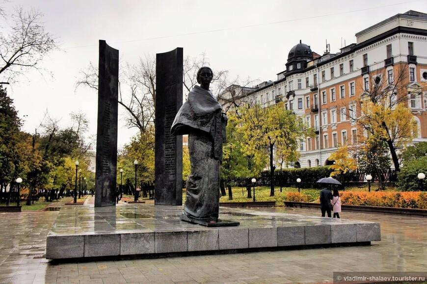 Памятник Н. К. Крупской на Сретенском бульваре.