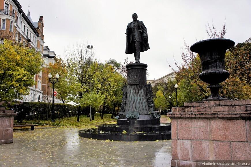 Памятник В. Г. Шухову - великому инженеру, изобретателю, учёному; почётному члену Академии наук СССР.