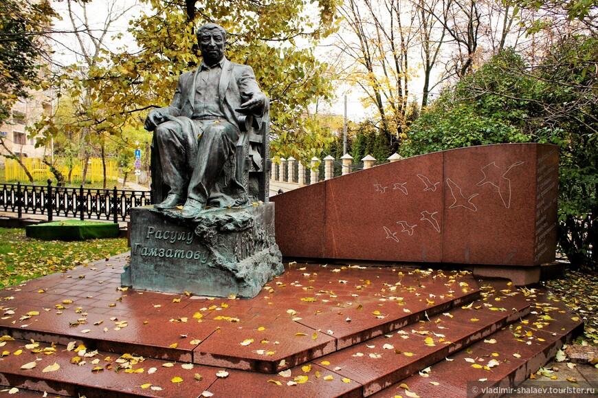 Памятник Расулу Гамзатову на Яузском бульваре.