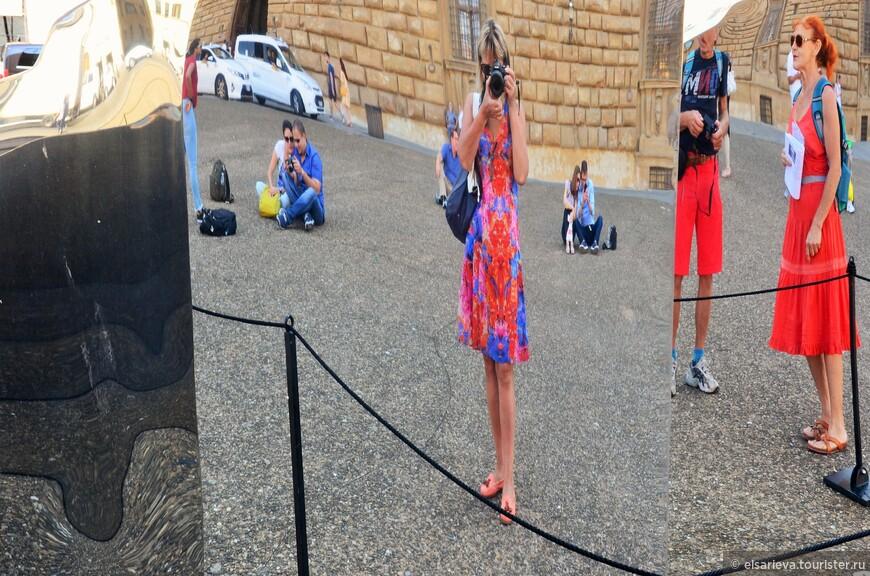 """Дорога от Понте Веккьо привела нас  к  покатой площади Питти.  От нее исходит мощь и сильная   энергетика. Именно на ней расположен один из самых больших и великолепных дворцов Флоренции. Перед дворцом на площади народ любит посидеть-полежать на солнце. Для развлечения  в середине площади установлены огромные зеркала, смотрясь в которые, вы """"худеете"""" на глазах."""