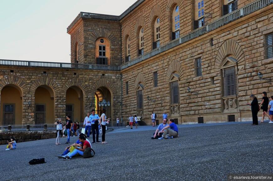 Покатая площадь перед дворцом Питти